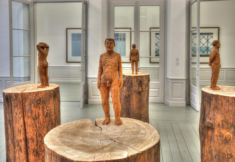 Stephan Balkenhol: Vier Männerakte auf Stämmen, 1998